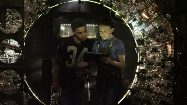 Anne (Addison Holley) zeigt Nick (Jadiel Dowlin) ihr neugebautes Insektarium. | Rechte: KiKA/Sinking Ship Entertainment