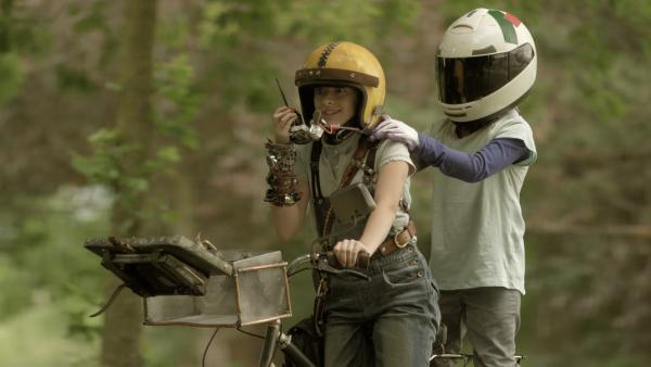 Anne (Addison Holley) und PAL (Millie Davis) versuchen gemeinsam, eine der drei geheimen Koordinaten zu finden. | Rechte: KiKA/Sinking Ship Entertainment