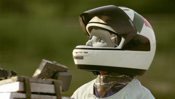 PAL (Millie Davis) ist mit einem Helm getarnt, damit niemandem auffällt, dass er ein Android ist. | Rechte: KiKA/Sinking Ship Entertainment