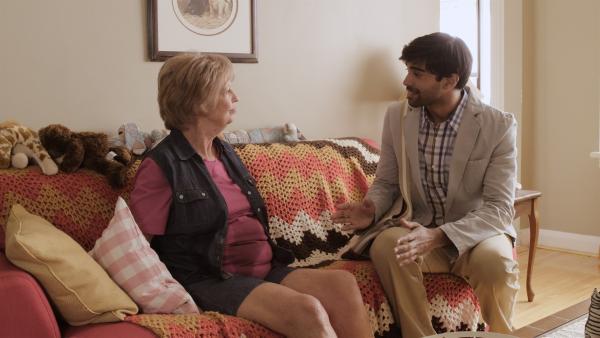 Der Sozialarbeiter Dave (Raymond Ablack) spricht mit Grandma (Jayne Eastwood) über ihr verletztes Knie. | Rechte: KiKA/Sinking Ship Entertainment