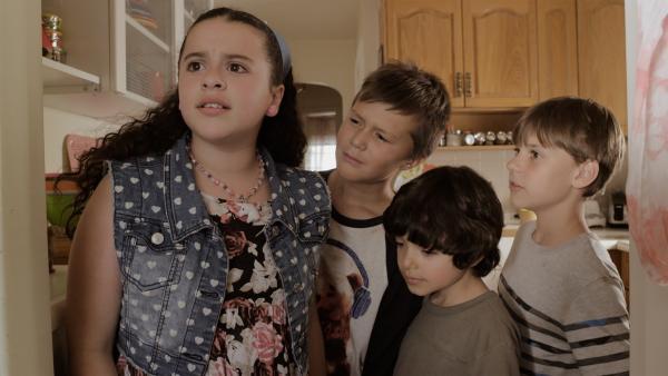 Shania (Adrianna Di Liello) und ihre Brüder haben Angst, dass sie nicht mehr bei Grandma bleiben dürfen.   Rechte: KiKA/Sinking Ship Entertainment