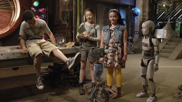 Die Freunde überlegen, wie eine bionische Knie-Schiene für Grandma aussehen und was sie können muss (v.l.n.r.: Jadiel Dowlin, Addison Holley, Adrianna Di Liello, Millie Davis).   Rechte: KiKA/Sinking Ship Entertainment