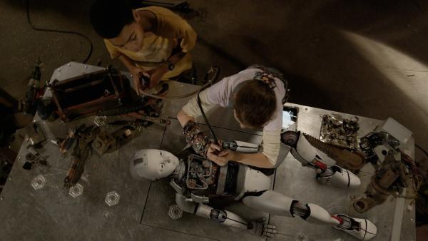 Anne (Addison Holley) und Nick (Jadiel Dowlin) unterziehen PAL einem gründlichen Check-Up. | Rechte: KiKA/Sinking Ship Entertainment