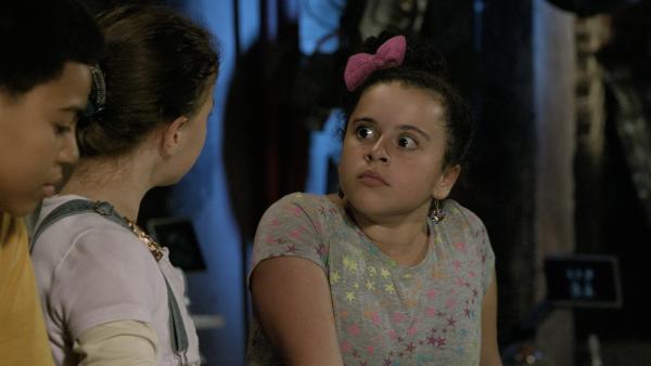 Shania (Adrianna Di Liello) wird klar, dass nicht nur PAL, sondern auch die Freundschaft der drei genau ein Jahr alt ist. | Rechte: KiKA/Sinking Ship Entertainment