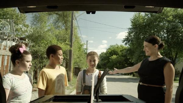 Ada schenkt Anne einen ausrangierten 3D-Drucker. Shania ist skeptisch und vermutet hinter dem Geschenk einen Trick Adas. (v.l.n.r.: Adrianna Di Liello, Jadiel Dowlin, Addison Holley, Nicola Correia-Damude)   Rechte: KiKA/Sinking Ship Entertainment