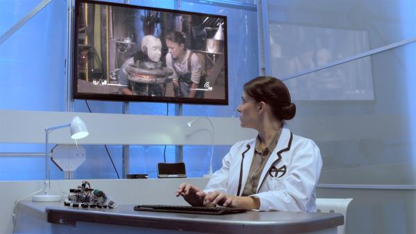 Ada (Nicola Correia-Damude) beobachtet Anne (Addison Holley) und PAL (Millie Davis) durch die Augen von Art, den sie genau dafür bei Anne eingeschleust hat. | Rechte: KiKA/Sinking Ship Entertainment