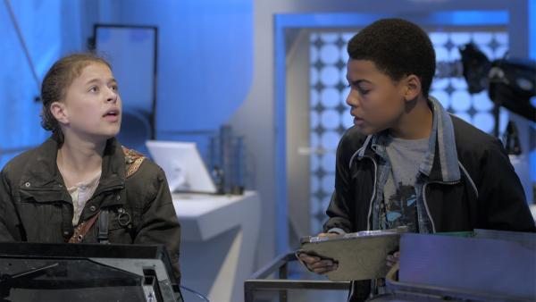 Anne (Addison Holley) stellt Magnus 22 Fragen über seine Gefühle, um ihn davon abzulenken, dass sie seinen Prozessor verwendet, um PAL zu reparieren. | Rechte: KiKA/Sinking Ship Entertainment