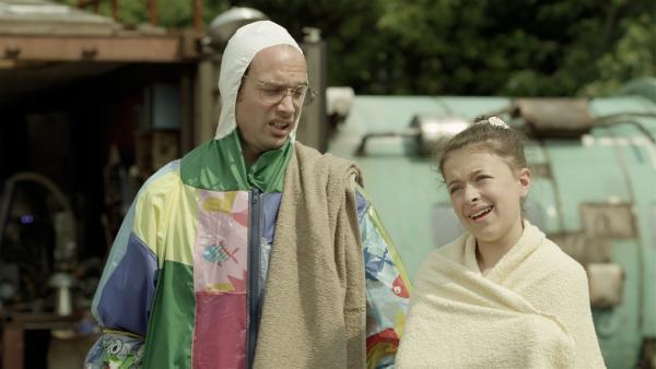 Annes Dad (James Gangl) und Anne (Addison Holley) verabscheuen Wasser und können auch nicht schwimmen.  | Rechte: KiKA/Sinking Ship Entertainment