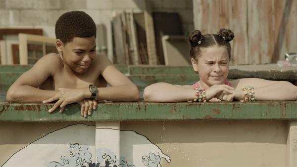 Nick (Jadiel Dowlin) und Shania (Adrianna Di Liello) nutzen das Reservoir an diesem heißen Tag als Pool. | Rechte: KiKA/Sinking Ship Entertainment