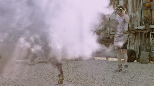 Anne (Addison Holley) probiert eine neue Verteidigungstechnik für den Schrottplatz aus: eine lila Rauchwand. | Rechte: KiKA/Sinking Ship Entertainment