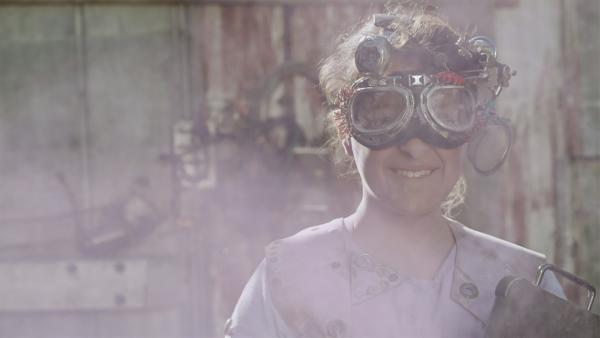 Versuch geglückt – auch wenn Anne (Addison Holley) selbst nun auch lila ist. | Rechte: KiKA/Sinking Ship Entertainment