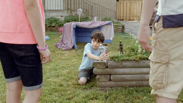 Shanias kleiner Bruder Garth spielt mit seinen Actionfiguren und wird von den Geschwistern Darren und Bonnie abgezogen. | Rechte: KiKA/Sinking Ship Entertainment