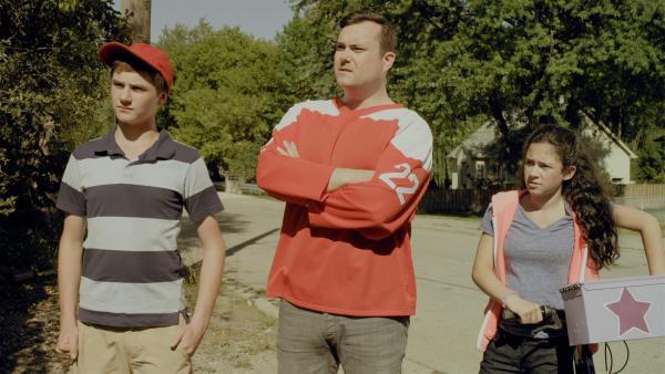 Der Vater von Bonnie und Darren verlangt eine Erklärung von Annes Dad, warum Anne das Fahrrad seiner Tochter kaputt gemacht habe. | Rechte: KiKA/Sinking Ship Entertainment