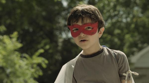 Garth (Joey Nijem) verkleidet sich als Unsichtboy – auf der Suche nach dem Superhelden Turbo Kid. | Rechte: KiKA/Sinking Ship Entertainment