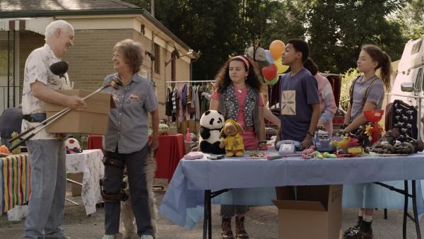 Grandma (Jayne Eastwood) und Mr. Cooper (Colin Mochrie) wollen zusammenziehen und machen einen Flohmarkt mit den Dingen, die sie nicht mehr brauchen. | Rechte: KiKA/Sinking Ship Entertainment