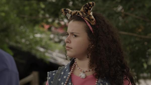 Shania (Adrianna Di Liello) zweifelt noch an den Tipps von Mr. Cooper. | Rechte: KiKA/Sinking Ship Entertainment