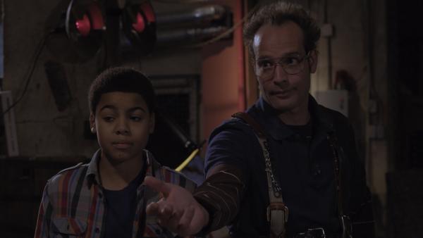 Annes Dad (James Gangl) und Nick (Jadiel Dowlin) sind gekommen, um Anne bei der Suche nach der Ursache für PALs Schlaflosigkeit zu unterstützen. | Rechte: KiKA/Sinking Ship Entertainment