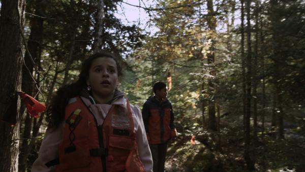 Shania (Adrianna Di Liello) und Nick (Jadiel Dowlin) binden Stofffetzen an die Bäume, damit Mr. Cooper ihrer Spur folgen kann. | Rechte: KiKA/Sinking Ship Entertainment