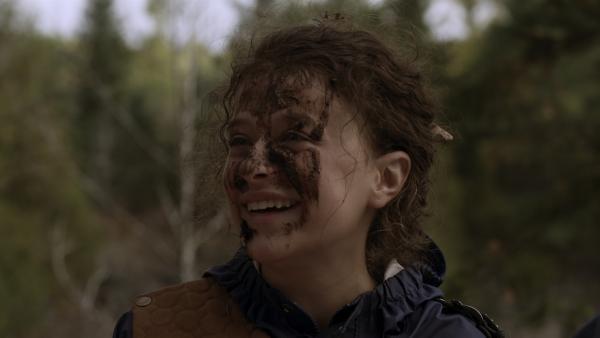 Anne (Addison Holley) stellt Nick und Shania ein ganz natürliches Anti-Mücken-Mittel vor: Matsch.  | Rechte: KiKA/Sinking Ship Entertainment