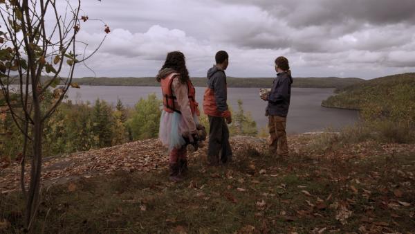 Ein letzter Blick zurück auf den See in der Hoffnung, dass Mr. Cooper doch noch auftaucht.  | Rechte: KiKA/Sinking Ship Entertainment