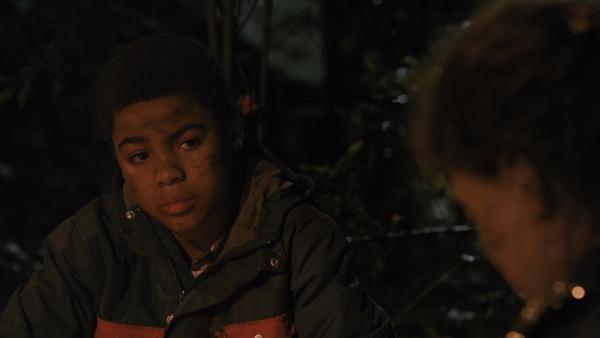Am Abend des langen Tages stellen sich bei Nick (Jadiel Dowlin) Müdigkeit und Verzweiflung ein.  | Rechte: KiKA/Sinking Ship Entertainment