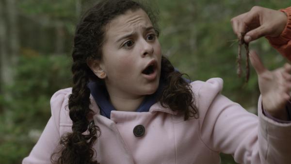 Shania (Adrianna Di Liello) ist entsetzt, dass Nick den Wurm auf einen Angelhaken spießen will. | Rechte: KiKA/Sinking Ship Entertainment