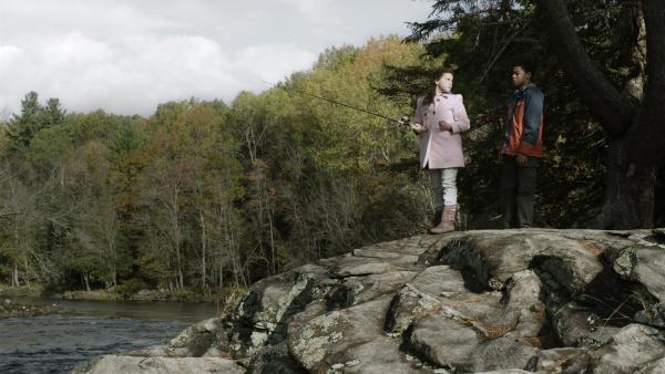 Shania (Adrianna Di Liello) und Nick (Jadiel Dowlin) versuchen ihr Glück beim Angeln.  | Rechte: KiKA/Sinking Ship Entertainment