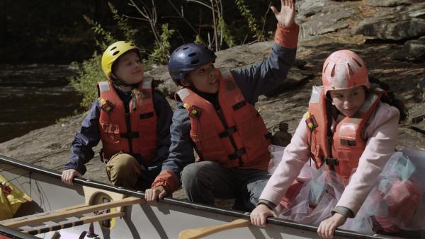 Jetzt beginnt das eigentliche Abenteuer: die Fahrt mit dem Kanu durch den wilden Fluss (v.l.n.r.: Addison Holley, Jadiel Dowlin, Adrianna Di Liello). | Rechte: KiKA/Sinking Ship Entertainment