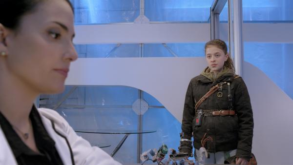 Anne (Addison Holley) fordert von Ada (Nicola Correia-Damude) eine Erklärung, warum sie Magnus 22 vernichtet hat.  | Rechte: KiKA/Sinking Ship Entertainment