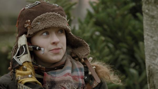 Anne (Addison Holley) bereitet sich auf ihren Einsatz in Adas Haus vor – sie will das Backup File von Magnus 22 retten.   Rechte: KiKA/Sinking Ship Entertainment
