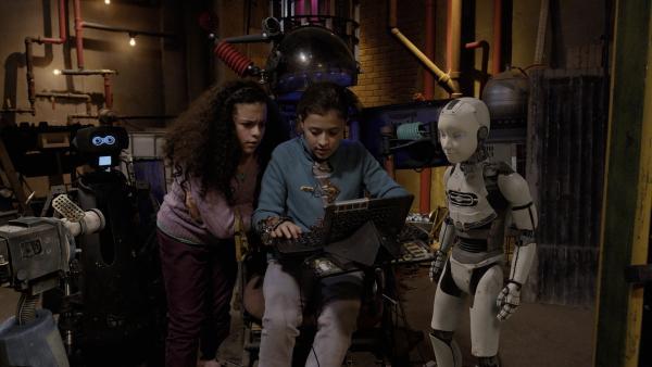 """PAL (Millie Davis), Anne (Addison Holley) und Shania (Adrianna Di Liello) versuchen, Magnus 22 in Annes Labor wieder zum """"Leben"""" zu erwecken.    Rechte: KiKA/Sinking Ship Entertainment"""