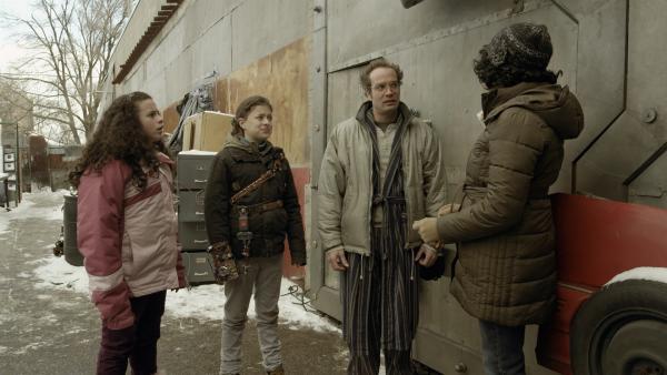 Maggie (Raven Dauda) fragt Wilbert (James Gangl), ob er noch einmal für Nicks Vater beim alljährlichen Vater-Sohn-Modellfahrzeugrennen einspringt. | Rechte: KiKA/Sinking Ship Entertainment