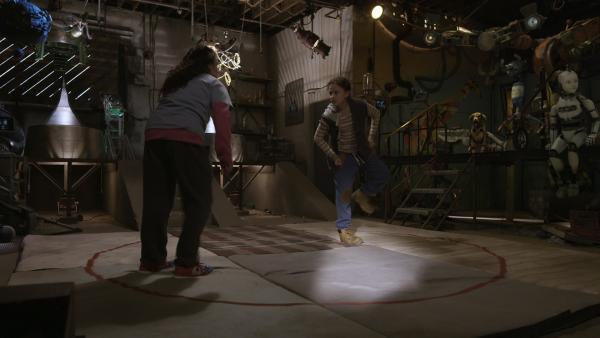 Anne (Addison Holley, re.) und Shania (Adrianna Di Liello, li.) testen ihre physikalischen Theorien bei einem praktischen Sumo-Ringkampf. | Rechte: KiKA/Sinking Ship Entertainment