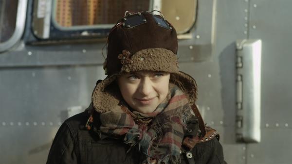 Anne (Addison Holley) versucht, ihre Geburtstagsüberraschung vor Shania zu verstecken. | Rechte: KiKA/Sinking Ship Entertainment