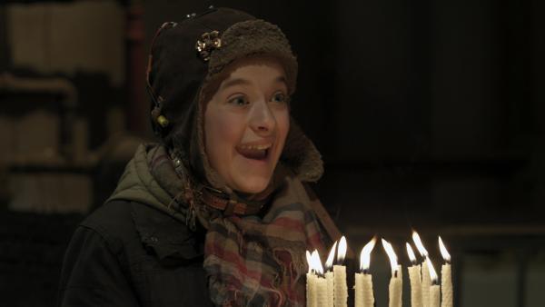 Anne (Addison Holley) präsentiert Shania ihren vollständig selbst hergestellten Geburtstagskuchen. | Rechte: KiKA/Sinking Ship Entertainment