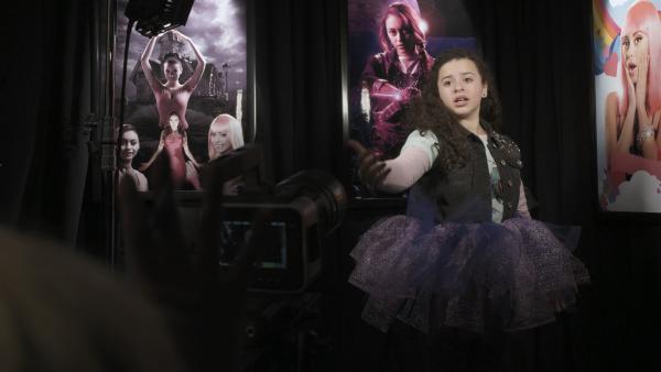 Shania (Adrianna Di Liello) beim Casting für einen Film mit ihrem Idol Britney Gomez. | Rechte: KiKA/Sinking Ship Entertainment