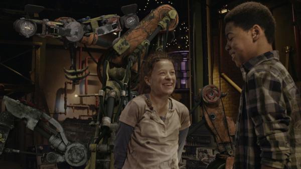 Anne (Addison Holley) und Nick (Jadiel Dowlin) versuchen, den Apparat zu bauen, dessen Pläne Annes Mutter für Anne in einem alten Postfach versteckt hatte. | Rechte: KiKA/Sinking Ship Entertainment