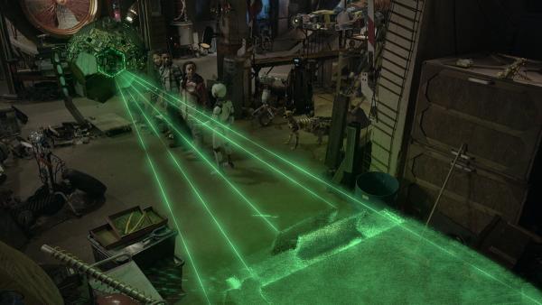 Der Apparat von Annes Mutter entpuppt sich als Hologrammprojektor, der sogar solides Licht produzieren kann. | Rechte: KiKA/Sinking Ship Entertainment
