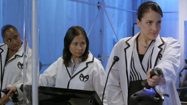Ada (Nicola Correia-Damude) steuert den Anführer-Roboter, der in Annes Labor eindringen soll. | Rechte: KiKA/Sinking Ship Entertainment