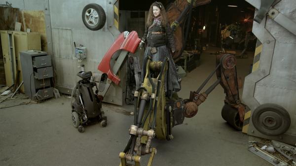 Anne (Addison Holley) lässt sich von Hand mitten in das Robotergetümmel fahren. | Rechte: KiKA/Sinking Ship Entertainment