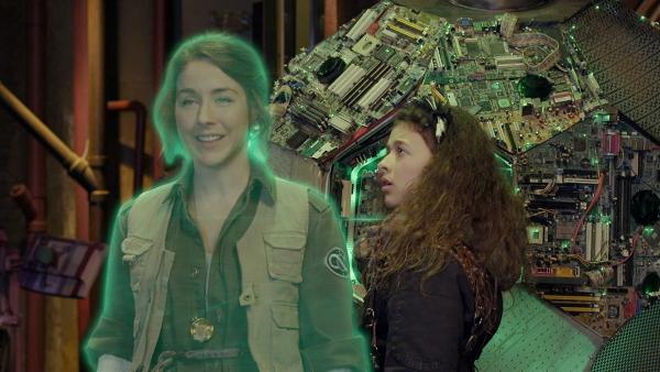 Annes Mutter erscheint als Hologramm, um Anne (Addison Holley) eine Nachricht zu überbringen. | Rechte: KiKA/Sinking Ship Entertainment
