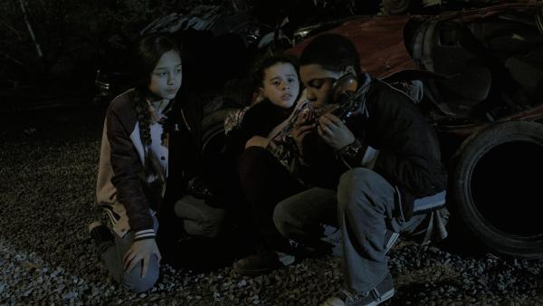 Nick (Jadiel Dowlin) ist trotz Verbotes auf den Schrottplatz gekommen, um Anne (Addison Holley) und Charlie (Devyn Nekoda) zu unterstützen. | Rechte: KiKA/Sinking Ship Entertainment