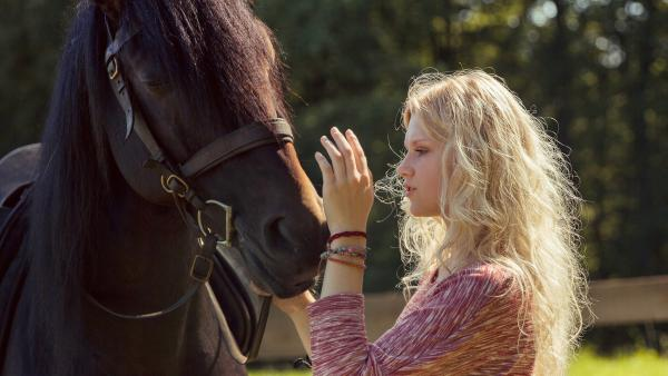 Charlie (Sinje Irslinger) und ihr Pferd haben eine magische Verbindung. | Rechte: WDR/Andrea Hansen