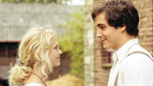 Charlie (Sinje Irslinger) und Arman (Francois Goeske) begegnen sich zum ersten Mal. | Rechte: WDR/Andrea Hansen