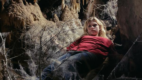 Charlie (Sinje Irslinger) kann nicht glauben, was Garwin ihr zeigt. | Rechte: WDR/Andrea Hansen