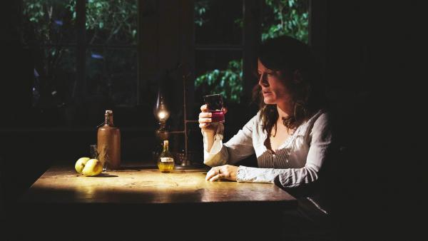 Lore (Judith Sehrbrock) will sich wieder erinnern und nimmt Ronas Trank ein. | Rechte: WDR/Andrea Hansen