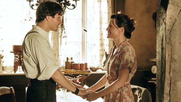 Arman (Francois Goeske) erzählt Lore (Judith Sehrbrock), dass er sich in ein Mädchen verliebt hat. | Rechte: WDR/Andrea Hansen