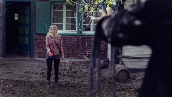 Charlie (Sinje Irslinger) will Garwin endgültig bezwingen. | Rechte: WDR/Andrea Hansen