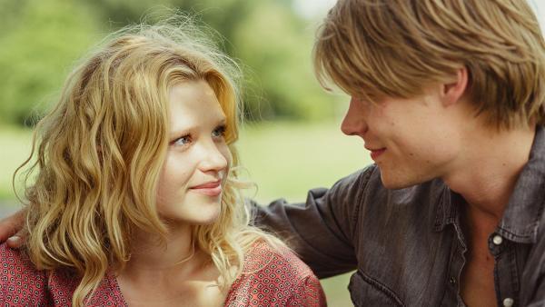 Charlie (Sinje Irslinger) und Nils (Tom Gramenz) sind verliebt. | Rechte: WDR/Andrea Hansen