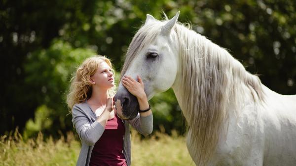 Ein weißes Pferd taucht plötzlich bei Charlie (Sinje Irslinger) auf. | Rechte: WDR/Andrea Hansen